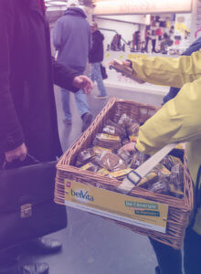 Street marketing Belvita - Globe shopper metro sampling