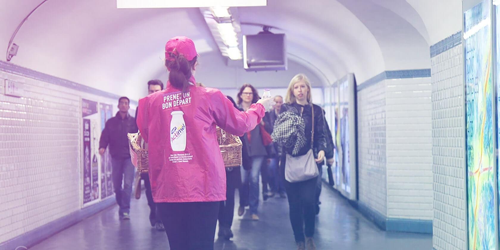 Street Marketing Actimel - échantillonnage métro